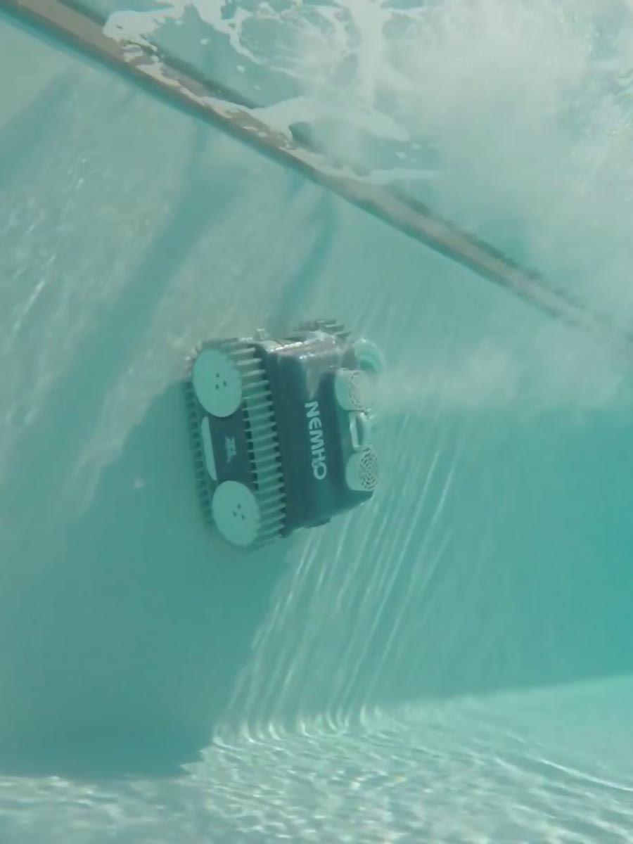 robot pulizia piscina su parete