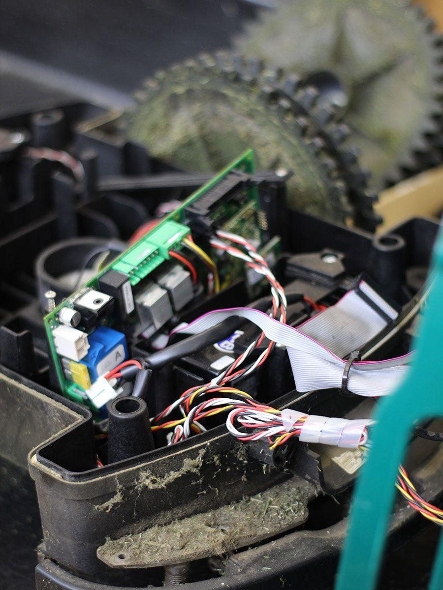 Riparazione di un robot da giardino