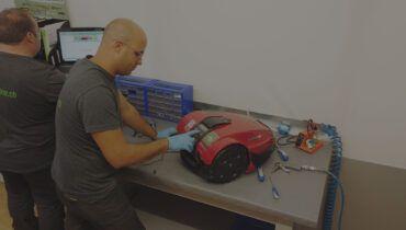 Un tecnico aggiorna il software-del-robot-tramite il programma di diagnostica