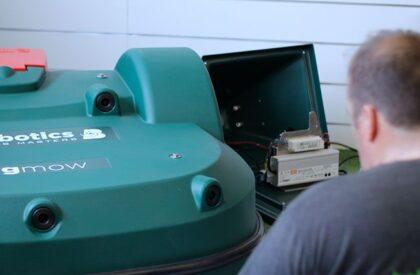 Un tecnico prepara un robot per l'installazione
